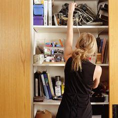 ¿Tienes demasiadas cosas en tu hogar que no usas? Sigue este plan de doce semanas de la revista Woman's Day para tener una casa organizada y funcional.