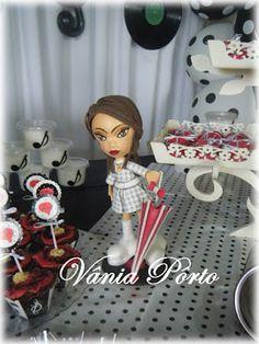 Boneca em EVA modelada no isopor e vestida no estilo anos 60.