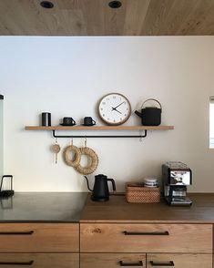 S○megumiさんはInstagramを利用しています:「・ 今日は久しぶりにゆっくり家の掃除ができました。 昼間と夜のキッチン。 かなり印象が違います。 インテリアの配置が少し違うこともありますが。 ・ 少し変化したこと。 我が家に仲間入りしたティーポット。 @royaldesign.jp…」 Kitchen Interior, Interior Design Living Room, Kitchen Design, Japanese Interior Design, House Rooms, Kitchen And Bath, My Room, Interior Architecture, Ideal Home