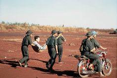 soldados vietcongues transportar um prisioneiro de guerra feridos americano, Capt. David Earle Baker, (capturado 27 de junho de 1972, foto 12 de fevereiro de 1973) [2830 x 1890 px]