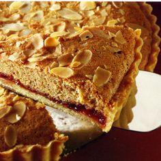 Das Mus macht die Mandelmus-Torte besonders fein und locker und sorgt für viel Aroma. Mandelmus besteht ausschließlich aus gemahlenen Mandeln.