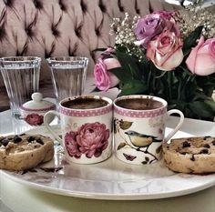 Health Benefits Of Coffee How To Make Coffee, I Love Coffee, Coffee Break, Making Coffee, Turkish Coffee Cups, Arabic Coffee, Ground Coffee Beans, Coffee Cups And Saucers, Tea Cups