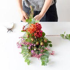 聞き手・文・写真 スタッフ二本柳束ねて結んで、吊るすだけ。 最近、「スワッグ」という言葉を耳にすることが増えました。ドイツ語で「壁飾り」という意味を持つスワッグは、思い思いにお花を選んだら束 Diy Wreath, Door Wreaths, Cut Flowers, Dried Flowers, Dried Flower Arrangements, Green Fruit, How To Preserve Flowers, Ivory Wedding, Flower Crafts