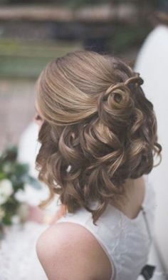 Great wedding hairstyle for short hair. Great for a classy or modern wedding. #weddinghairstyles #bridalhairstyles