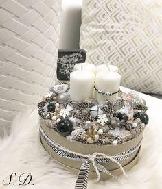 modern adventbox adventi koszorú Christmas Advent Wreath, Handmade Christmas Decorations, Christmas Mood, Pink Christmas, Christmas Crafts, Advent Box, Deco Table Noel, Advent Candles, Christmas Boxes
