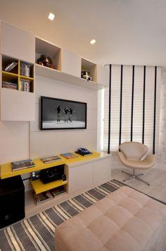 Rack amarelo em sala tv, sala de estar, painel tv,
