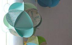 Mon tuto (DIY) en images pour réaliser vous-même votre mobile de globes de papier, parfait pour décorer une chambre de bébé.