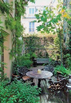 Votre balcon, terrasse ou patio est tout riquiqui. Seule solution pour l'agrandir visuellement : placez un miroir dans le fond ou sur un côté. Effet granti !