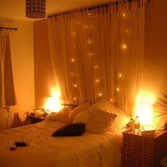 Sfeervolle slaapkamer door gordijn met lichtjes