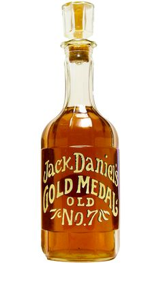 This decanter from 1971 is the beautiful replica replica was in of the bottle originally produced by Jack Daniel back in 1904 Whiskey Girl, Good Whiskey, Cigars And Whiskey, Bourbon Whiskey, Scotch Whisky, Jack Daniels Bottle, Jack Daniels Whiskey, Whisky Club, Whiskey Quotes