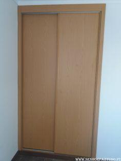 Fornecimento, montagem e instalação de dois roupeiros por medida em melamina de carvalho com portas deslizantes em Mem Martins.     (adsbygoogle = window.adsbygoogle || []).push({}); Neste apartamento, para além do fornecimento destes roupeiros, foi também feito a remodelação da cozinha, remodelação da casa de banho, pintura e colocação de pavimento flutuante nos quartos, fornecimento e instalação de portas e aduelas.