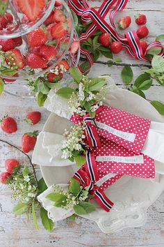 Vi pynter til 17 mai ! Constitution Day, Vibeke Design, Most Beautiful Words, Public Holidays, Fourth Of July, Tablescapes, Christmas Wreaths, Table Settings, Gift Wrapping