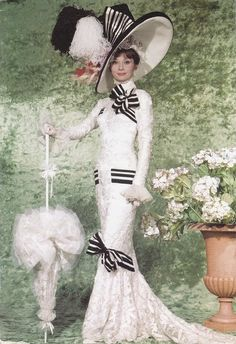 Cái nhìn cổ điển cho trang phục Ascot.The thiết kế cho Eliza Doolittle, được thiết kế bởi Cecil Beaton ( My Fair Lady năm 1964) là một sự phản ánh của thời trang xã hội cao trong những năm đầu thập niên 1900 của Edwardian Anh. Ăn mặc của cô đã mặc khi cô tham dự Trường đua ngựa Ascot ( đua ngựa ) nổi tiếng . Nó thể hiện những phẩm chất của xã hội thượng lưu với các đường dài và thanh lịch và một phiên bản nhẹ của corset và vạt áo .