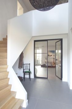 Ruime entreehal - Interieurdesign familiehuis Waalre - Hal-2 Ruimtevormgevers