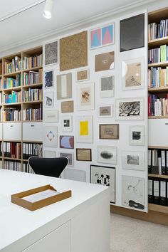 Ideas para decorar el estudio o biblioteca. Cuadros blancos. #Cuadros #Decoracion #Biblioteca