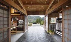Com muita criatividade e inspiração, o arquiteto usou azulejos reaproveitados para o piso e jornais antigos como papel de parede – Foto: Divulgação/ Hiroshi Nakamura & NAP