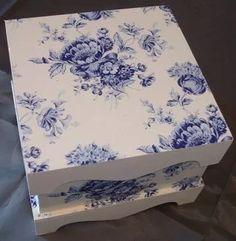 caja de madera, tapa con ondas y patas tecnica decoupage
