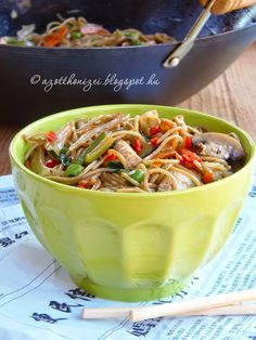 Hungarian Recipes, Hungarian Food, Chow Mein, Thai Recipes, Japchae, Chili, Food And Drink, Soup, Asian