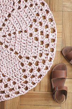 El trapillo es un ovillo de tiras de tela que se puede comprar listo o hacer en la casa reciclando poleras viejas. Con él se pueden tejer canastos, fundas de cojín y alfombras. Acá, algunas ideas y cómo hacerlas.