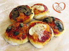 Pizzette da buffet http://www.cuocaperpassione.it/ricetta/71251f4c-9f72-6375-b10c-ff0000780917/Pizzette_da_buffet