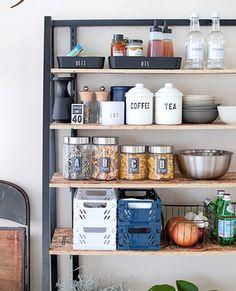 セリアのシンプルな容器に、調味料などを入れたキッチン棚。違う大きさのビンでも、貼る高さや位置を考えながらラベルを貼れば、揃っているので見やすくてかっこいい!ガラスやアイアン、ステンレスを組み合わせてモダンなキッチンになります。
