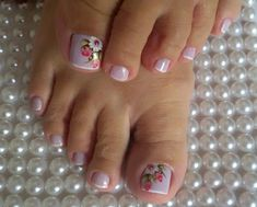 La imagen puede contener: una o varias personas, calzado y primer plano Cute Pedicure Designs, Toe Nail Designs, Pretty Toe Nails, Cute Toe Nails, Pedicure Nail Art, Toe Nail Art, French Toe Nails, Nail Shop, Holiday Nails