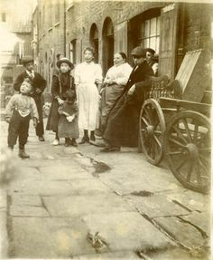 An Italian family in Saffron Hill c. 1901. This area was known as London's 'Little Italy'.   #TuscanyAgriturismoGiratola