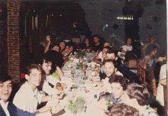 Soda Stereo y Virus cenando juntos en 1985 con amigos. Además de Federico Moura, también está Gustavo Cerati y con él Anastasia, la novia de aquel entonces, quien fuera responsable del cambio de look de Soda pre NADA PERSONAL.  Créditos: OTRA FLOR Canciones de SODA STEREO. Soda Stereo, Nada Personal, Anastasia, Waves, Concert, Painting, 3, Flower, Gustavo Cerati