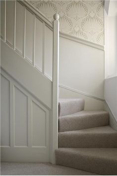 A hall/stairs with Lotus BP 2009 above the dado rail, Wimborne White below and w… Eine Halle / Treppe mit Lotus BP 2009 über der Dado-Schiene, darunter Wimborne White und Holzarbeiten in Slipper Satin Estate Eggshell Lotus Wallpaper, Wimborne White, Hallway Inspiration, Stair Landing, Hallway Designs, Stair Storage, Carpet Stairs, Hallway Decorating, Entrance Hall