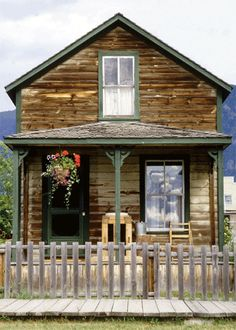 love this little house. reminds me of old houses in mining towns in the mountains of Colorado. <3 would actually be the perfect little 'studio' to create my jewelry... I could be so inspired in this little gem!!! <3