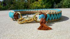 Doppelt geknüpft und somit schön formstabil, ohne steif zu wirken. Hier in den Farben chocolate brown, turquoise und sand/tan (Farben frei wählbar.)  Hier wird ein schöner Messingkarabiner...