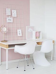 Zo'n wit showrek staat ook heel leuk op een roze meisjeskamer. Goed idee voor de kaartjes en tekeningen van je kleine meis. - #wonenvoorjou