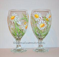 Estos han sido vendidos, pero pinto un conjunto como estos.  Estas son hermosas pintadas de té o copas de vino que pintaron. Son margaritas