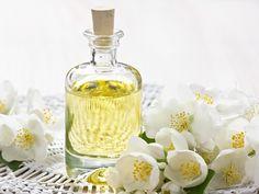 Duftendes Haaröl selber machen  Um ein duftendes Haaröl selber herzustellen, bedarf es nur zwei wichtiger Zutaten: ein Duft Ihrer Wahl und ein pflegendes Öl.