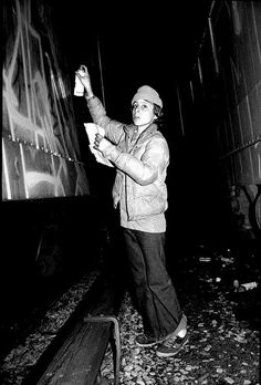 Infamous Graffiti artist doing his thang on the New York subways Min One started spraying when his was 12 years old back in 1977 New York Subway, Nyc Subway, Subway Art, Graffiti Photography, Street Photography, Jamel Shabazz, Archive Books, Protest Art, Graffiti Tagging