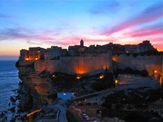 De jour comme de nuit, le charme de Bonifacio opère 365 jours par an...  Crédit-photos: Casa Corsa