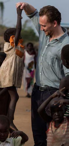 Tom Hiddleston in South Sudan for UNICEF in November 2016. Full size image (HQ): http://ww4.sinaimg.cn/large/6e14d388gw1fa9zijcmkvj22p81stkbk.jpg Source: Torrilla