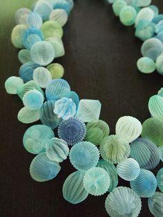 アメリカ、マサチューセッツを拠点に活動する日本人アーティストの楠本真理子さんは、独創的なジュエリー作品を発表し、注目を集めています。 ・意外な素材でサンゴを表現☆ ポリエステル素材を加熱加工して作られたさまざまなオブジェクトが半透明の球体に包まれたそのルックスは、まるで海の中で静かに息をひそめるサンゴのよう。