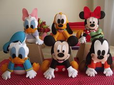 Turma do Mickey para decoração de mesa temática.    O kit possui os seis personagens principais da turma:  Mickey, Minnie, Pluto, Pateta, Donald e Margarida.    Pode ser mudada a opção dos personagens desde que o kit seja com 6. Por exemplo, 6 Mickeys ou 3 Minnies e 3 Mickeys...    Confeccionados em feltro, com enchimento em acrilon e plumante.    Medidas aproximadas: 24cm de altura x 23cm de comprimento e 3,5cm de espessura.    NÃO SÃO 3D. A espessura tem cerca de 3 cm.    Dúvidas? Clique…
