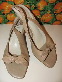 FRANCO SARTO    WOMENS BEIGE    LEATHER SLINGBACKS    SIZE 8M    2 IN HEEL    VERY STYLISH    CUTE BOW    EXCELLENT CONDITION    FOR PREOWNED    SUPER CUTE    WONDERFUL ADDITION TO    YOUR WARDROBE