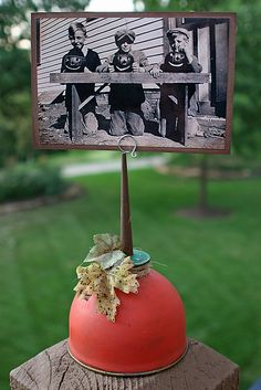 Oil Can Pumpkin/Photo holder from rustyroostervintage.blogspot.com