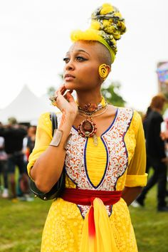 A street style feast for the eyes: At last weekend's Afropunk festival in New York, attendees fused elements of Africana, hip-hop, punk rock and sportswear (often into one boisterous ensemble) into a layered parade of color and pattern from head to toe. Festival Looks, Festival Hair, Rock Street Style, Street Styles, African Inspired Fashion, African Fashion, Lollapalooza, Coachella, Afro Punk Fashion