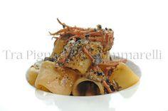 Tra Pignatte e Sgommarelli: Le mie ricette - Mezzi paccheri con crema di fagioli cannellini, totani, melanzane e crumble di pane all'aglio nero
