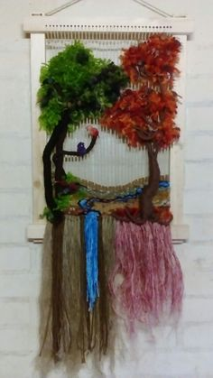 Árbol con 🐦 pajaritos Colchas Quilt, Spinning Yarn, Macrame Art, Weaving Patterns, Loom Weaving, Diy Arts And Crafts, Clay Art, Textile Art, Wool Felt