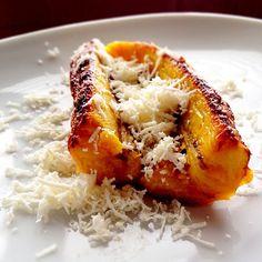 Platano al horno con queso blanco rayado