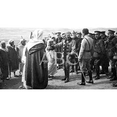 01/03/1920 MELILLA. EN EL CAMPAMENTO DE YAF-EL-BAARC. EL GENERAL SILVESTRE (X) OFRECIENDO PROTECCIÓN AL HIJO DEL CAID KALLUCH,QUE, COMO SU PADRE, MUERTO EN EL CAMPO DE BATALLA, DESEA LUCHAR AL LADO DE ESPAÑA - FOTO LAZARO: Descarga y compra fotografías históricas en | abcfoto.abc.es