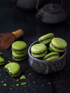Japanese Green Tea Matcha Macarons with Azuki Bean Filling Japanese Green Tea Matcha, Matcha Green Tea, Macarons, Tea Recipes, Sweet Recipes, Cooking Recipes, Macaroon Recipes, Types Of Cakes, Gastronomia
