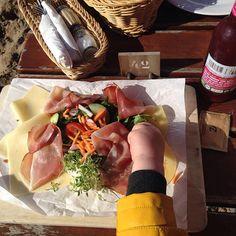 Urlaubsausklang mit lecker Frühstück, riiiesen Sandkiste und Blick auf die Schiffe. Und Sonne - juchuh ☀️⛵️🌊🍽⛴⚓️ #strandperle fruehstueckfuerzweibittemitdreitellern #hamburg #oevelgoenne #hamburgmitkindern #stadtschwalben