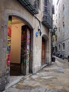 Alquiler Local con el encanto del Barrio Gótico de Barcelona. 93 4883715  Local de 120 m2  dividido en dos plantas con elementos originales y enfrente de la calle Ciutat. Se pueden hacer 3, 4 o 5 estancias y tiene baño.