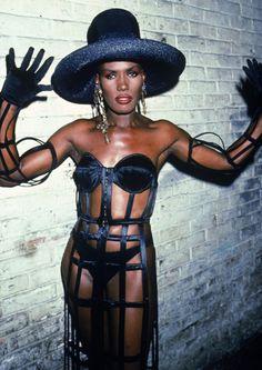 Before Madonna, Gaga, Cyndi, no disrepect ladies. This is one Beautiful, woman her name is Grace Jones. Jones Fashion, 80s Fashion, Fashion Photo, Girl Fashion, Vintage Fashion, Fashion Trends, Fashion Beauty, Fashion Today, Beauty Style